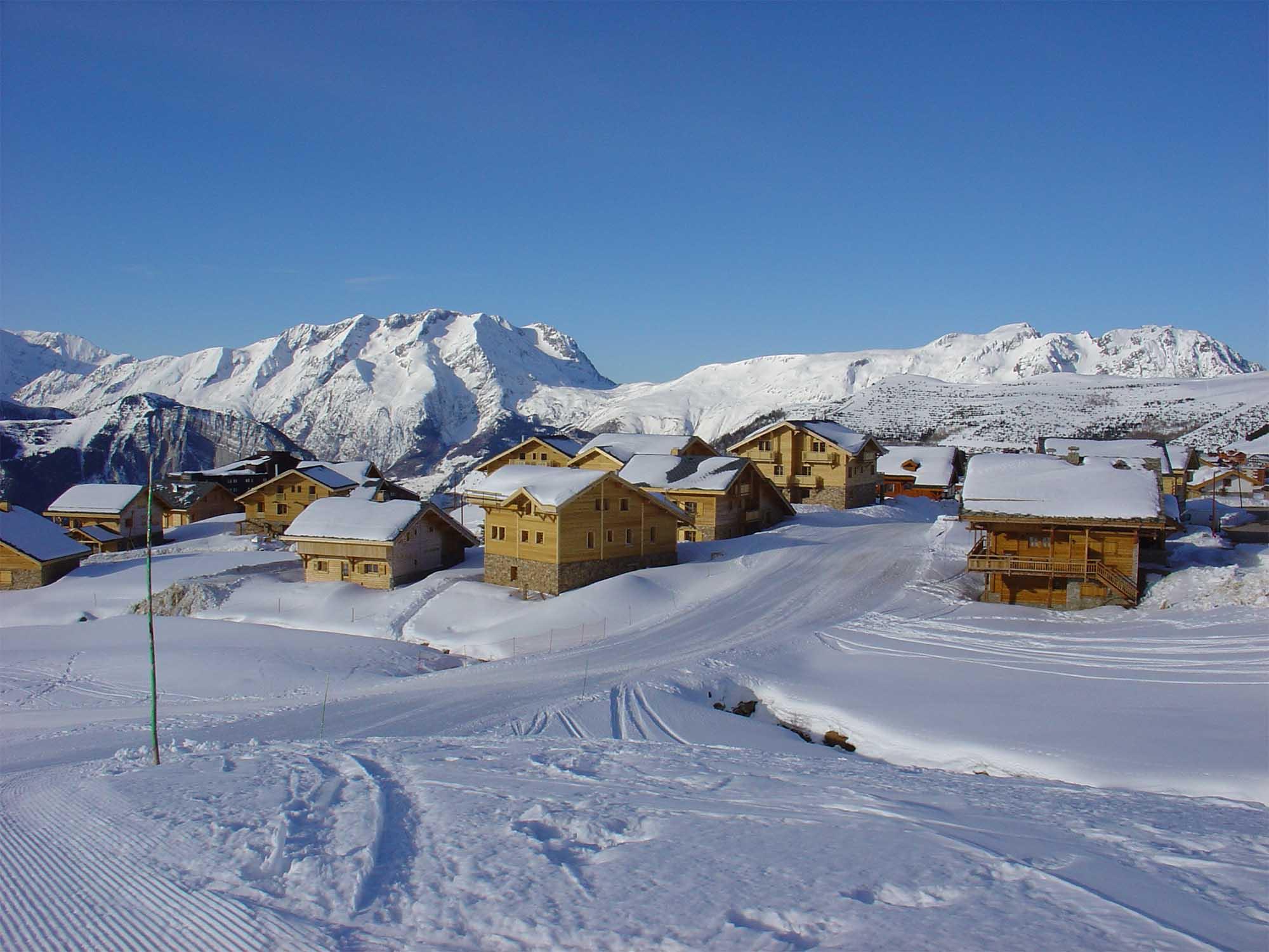 Vue extérieure des chalets avec le domaine skiable